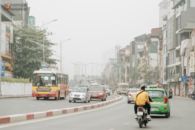 Hà Nội ngập trong sương bụi mù mịt bao phủ tầm nhìn: Tình trạng ô nhiễm không khí đáng báo động! - Ảnh 10.