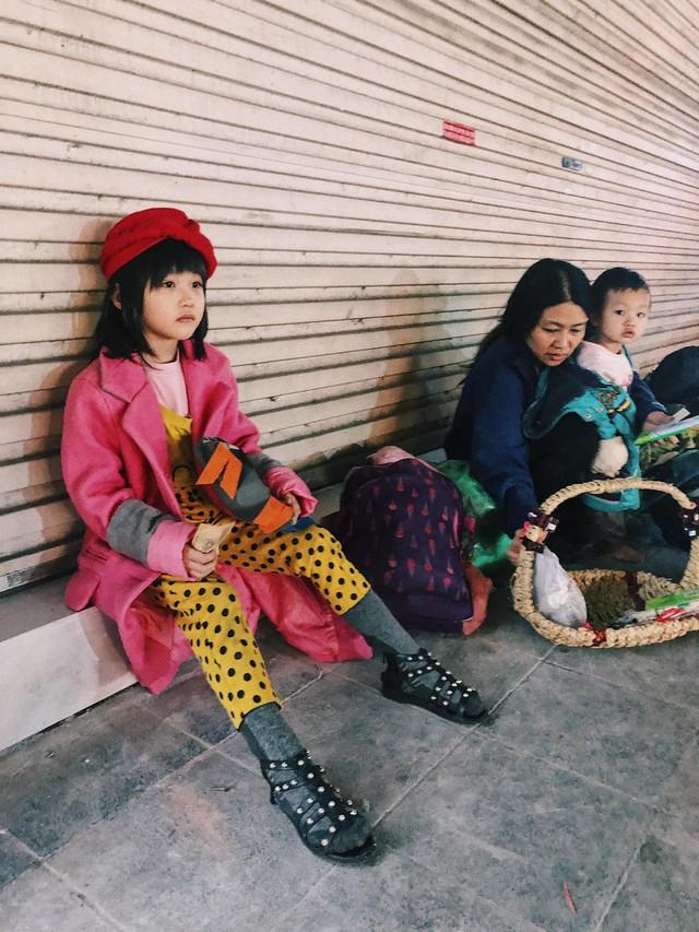 Cô bé vô gia cư 6 tuổi ở Hà Nội gây chú ý với thần thái cùng cách phối quần áo cũ cực chất - Ảnh 1.