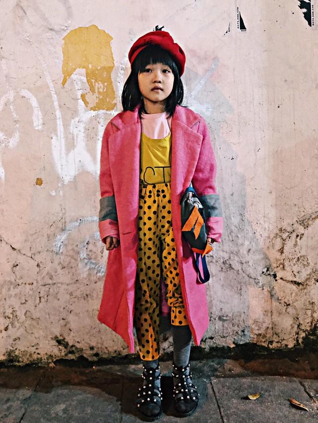 Cô bé vô gia cư 6 tuổi ở Hà Nội gây chú ý với thần thái cùng cách phối quần áo cũ cực chất - Ảnh 2.