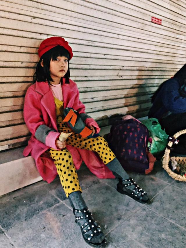 Cô bé vô gia cư 6 tuổi ở Hà Nội gây chú ý với thần thái cùng cách phối quần áo cũ cực chất - Ảnh 3.