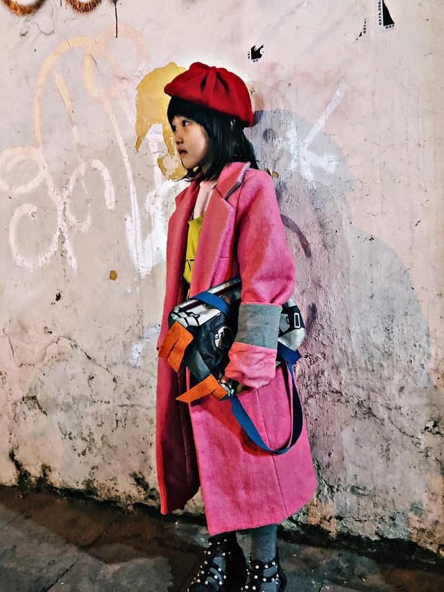 Cô bé vô gia cư 6 tuổi ở Hà Nội gây chú ý với thần thái cùng cách phối quần áo cũ cực chất - Ảnh 4.