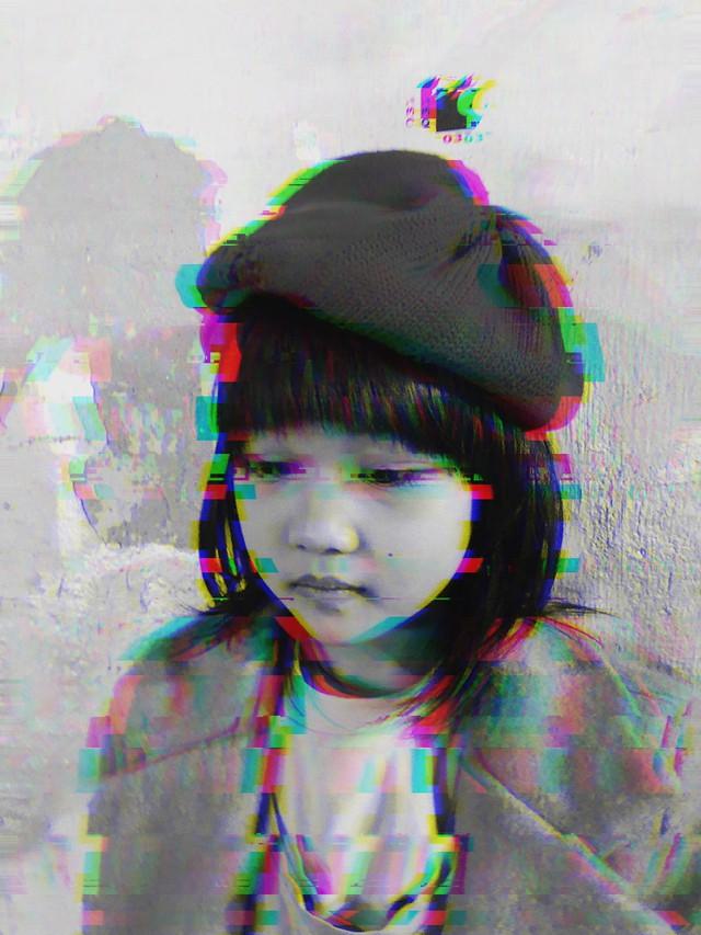 Cô bé vô gia cư 6 tuổi ở Hà Nội gây chú ý với thần thái cùng cách phối quần áo cũ cực chất - Ảnh 5.