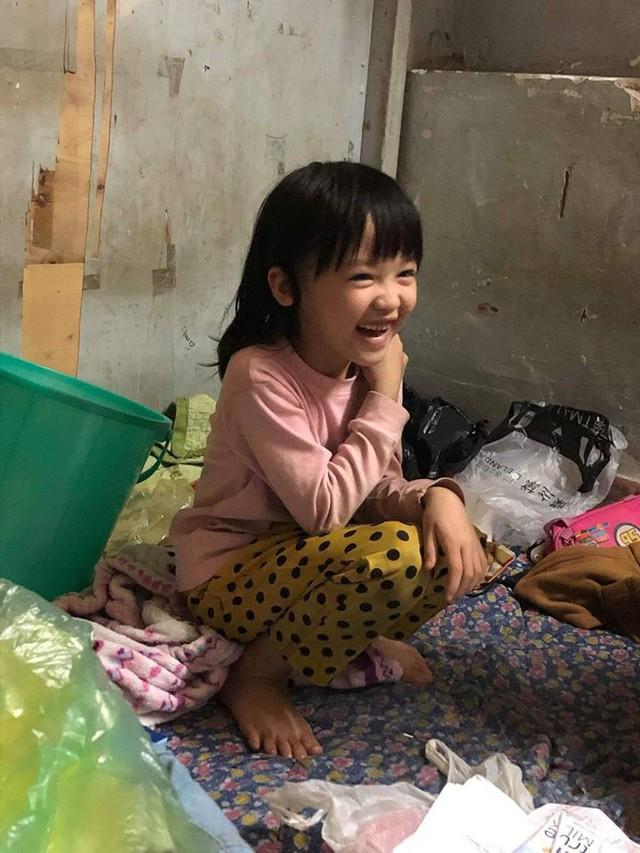Cô bé vô gia cư 6 tuổi ở Hà Nội gây chú ý với thần thái cùng cách phối quần áo cũ cực chất - Ảnh 6.