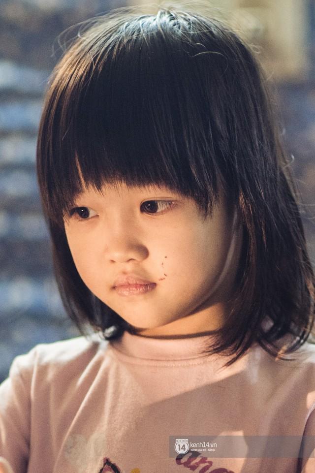Chùm ảnh: Những khoảnh khắc đốn tim của em bé nghèo có gu ăn mặc như fashionista ở Hà Nội - Ảnh 1.