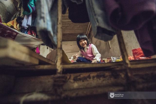 Chùm ảnh: Những khoảnh khắc đốn tim của em bé nghèo có gu ăn mặc như fashionista ở Hà Nội - Ảnh 2.