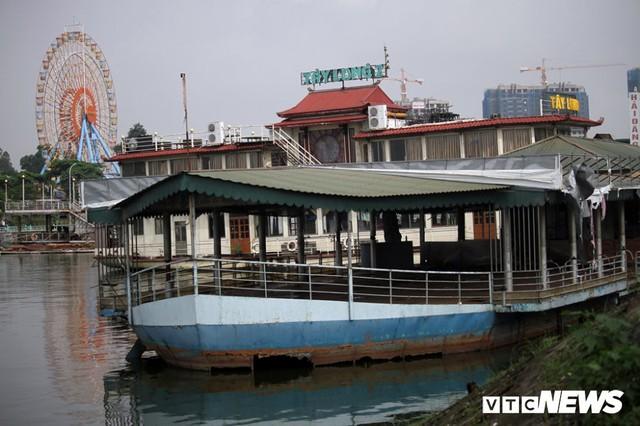 Vì sao du thuyền, nhà hàng nổi tiền tỷ hoá sắt vụn vẫn tồn tại trên Hồ Tây? - Ảnh 1.