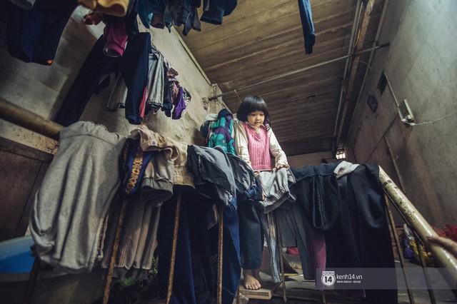 Chùm ảnh: Những khoảnh khắc đốn tim của em bé nghèo có gu ăn mặc như fashionista ở Hà Nội - Ảnh 3.