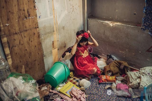 Chùm ảnh: Những khoảnh khắc đốn tim của em bé nghèo có gu ăn mặc như fashionista ở Hà Nội - Ảnh 4.
