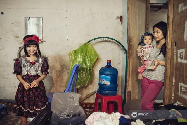 Chùm ảnh: Những khoảnh khắc đốn tim của em bé nghèo có gu ăn mặc như fashionista ở Hà Nội - Ảnh 5.