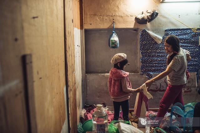 Chùm ảnh: Những khoảnh khắc đốn tim của em bé nghèo có gu ăn mặc như fashionista ở Hà Nội - Ảnh 6.