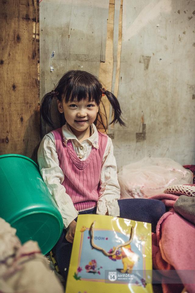 Chùm ảnh: Những khoảnh khắc đốn tim của em bé nghèo có gu ăn mặc như fashionista ở Hà Nội - Ảnh 10.
