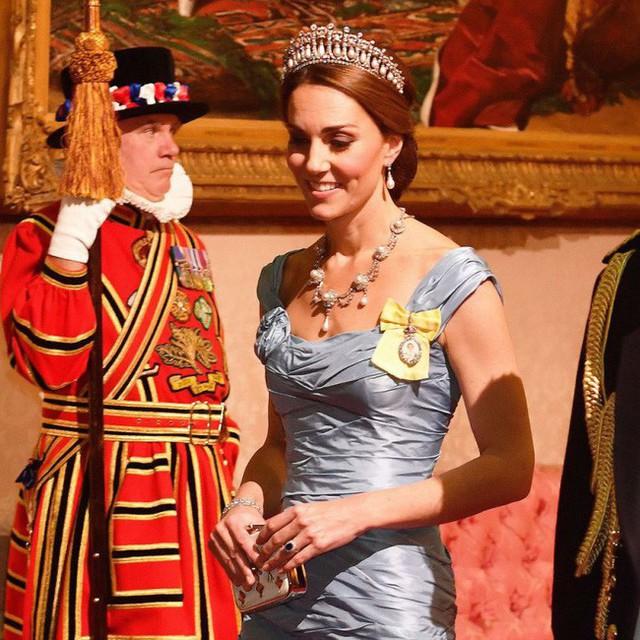Hóa ra đây là lý do trong cùng một buổi tối, Meghan xuất hiện mờ nhạt, không được đội vương miện trong khi chị dâu Kate lại được sử dụng và tỏa sáng - Ảnh 2.