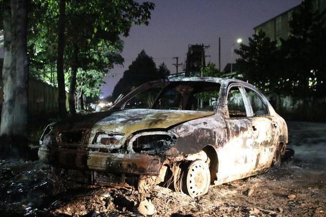 Tài xế tập lái lao xe vào đống rác, xe du lịch bốc cháy dữ dội - Ảnh 2.