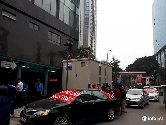 Không đồng ý mức phí cao, cư dân Golden Palm bị chặn ô tô xuống hầm - Ảnh 3.