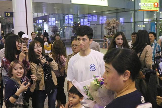 Trở về sau 3 tháng dưỡng thương tại Hàn Quốc, Đình Trọng khiến sân bay Nội Bài náo loạn lúc nửa đêm - Ảnh 2.
