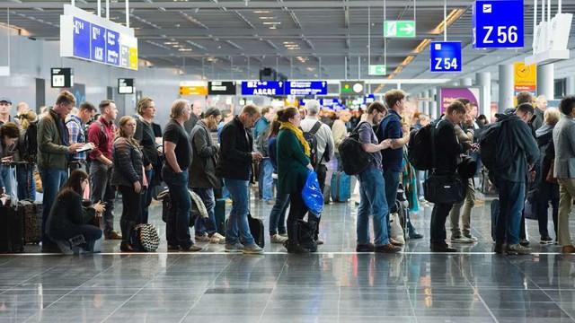 8 mánh khóe các sân bay đang dùng để điều khiển chúng ta một cách bí mật - Ảnh 1.