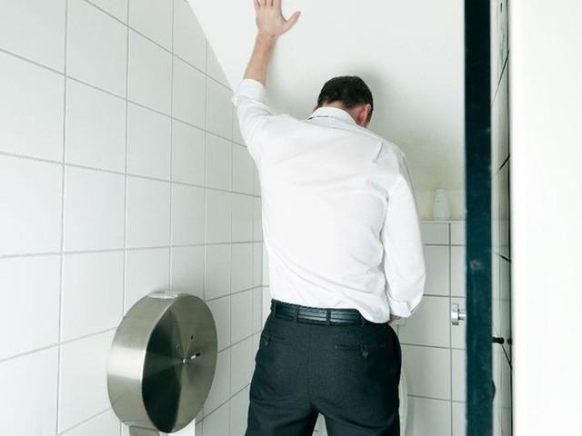 Buồn tiểu đi ngay để tốt cho thận hoá ra là sai lầm: Hãy nghe chuyên gia phân tích tác hại - Ảnh 1.