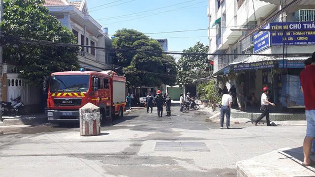 Chung cư ở Sài Gòn bốc cháy ngùn ngụt, cư dân ôm tài sản tháo chạy tán loạn giữa trưa - Ảnh 2.