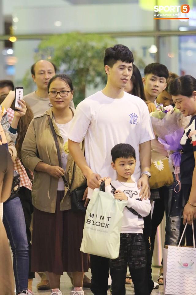 Trở về sau 3 tháng dưỡng thương tại Hàn Quốc, Đình Trọng khiến sân bay Nội Bài náo loạn lúc nửa đêm - Ảnh 4.
