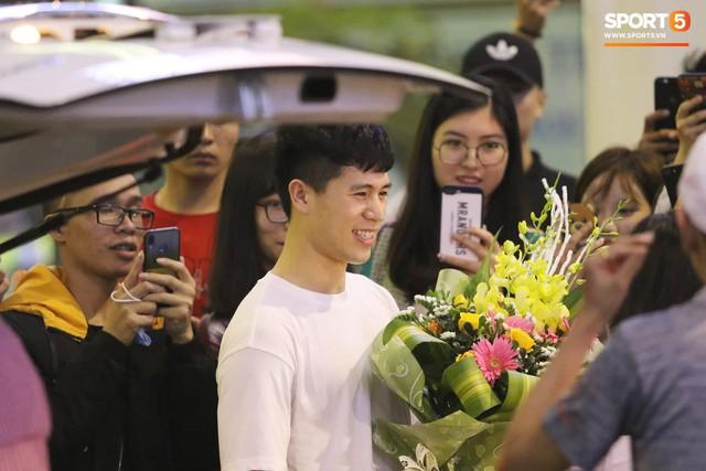 Trở về sau 3 tháng dưỡng thương tại Hàn Quốc, Đình Trọng khiến sân bay Nội Bài náo loạn lúc nửa đêm - Ảnh 5.