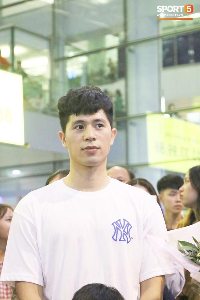Trở về sau 3 tháng dưỡng thương tại Hàn Quốc, Đình Trọng khiến sân bay Nội Bài náo loạn lúc nửa đêm - Ảnh 9.
