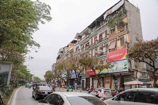 Dãy nhà chống nạng trên phố Hà Nội - Ảnh 1.