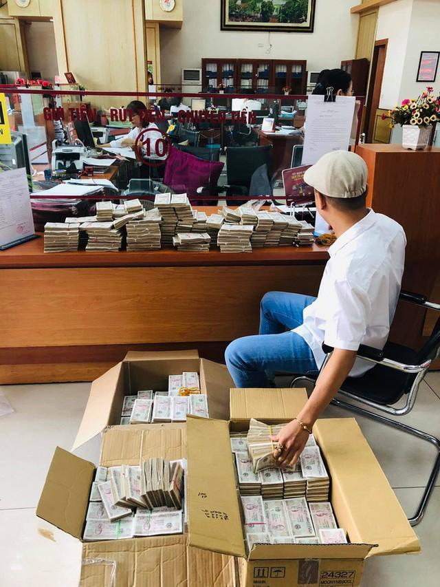 Hình ảnh nam thanh niên lầy lội mang 200 triệu toàn mệnh giá 2.000 đồng đi gửi ngân hàng khiến nhiều người xôn xao - Ảnh 1.