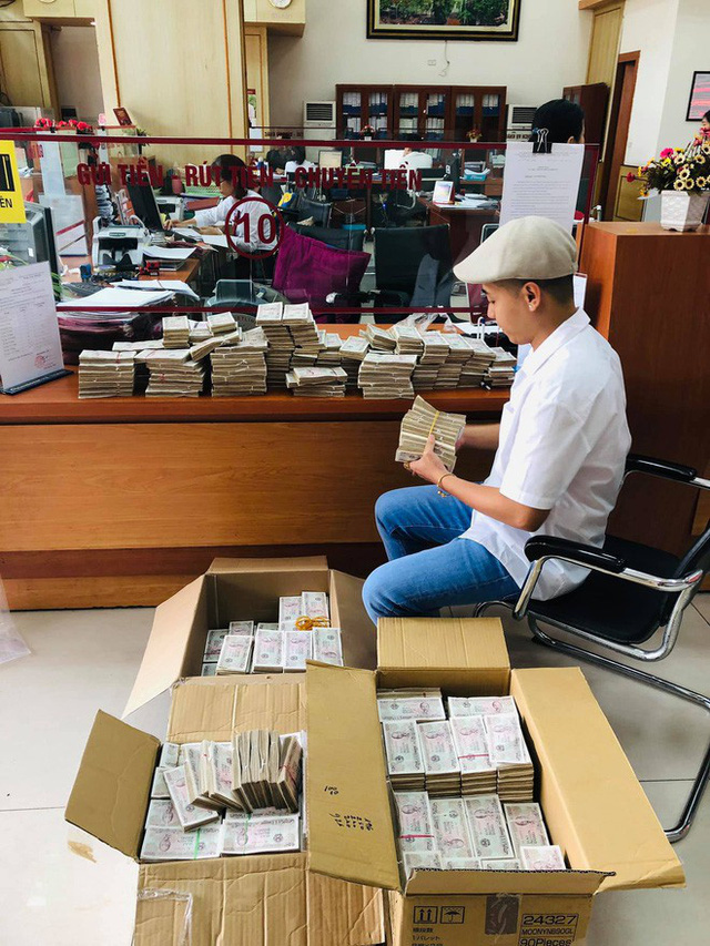 Hình ảnh nam thanh niên lầy lội mang 200 triệu toàn mệnh giá 2.000 đồng đi gửi ngân hàng khiến nhiều người xôn xao - Ảnh 2.