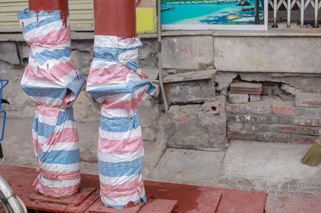 Dãy nhà chống nạng trên phố Hà Nội - Ảnh 11.