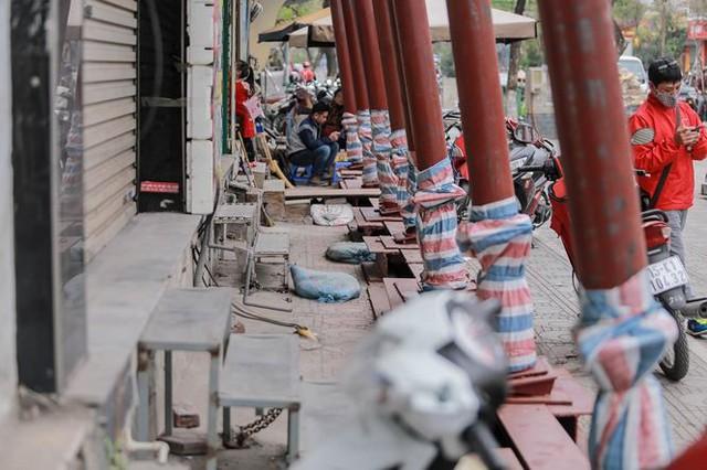 Dãy nhà chống nạng trên phố Hà Nội - Ảnh 3.