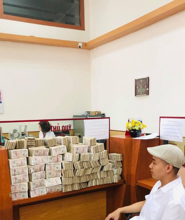 Hình ảnh nam thanh niên lầy lội mang 200 triệu toàn mệnh giá 2.000 đồng đi gửi ngân hàng khiến nhiều người xôn xao - Ảnh 3.
