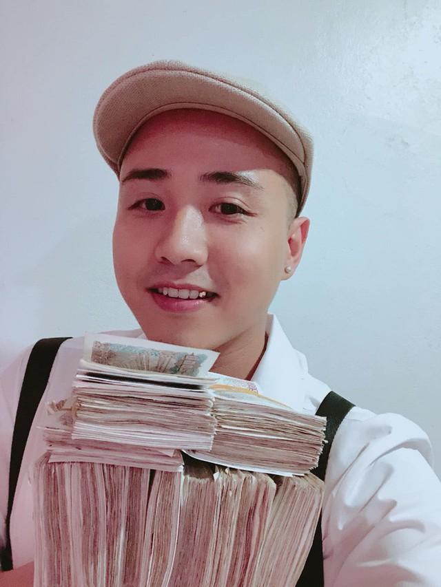 Hình ảnh nam thanh niên lầy lội mang 200 triệu toàn mệnh giá 2.000 đồng đi gửi ngân hàng khiến nhiều người xôn xao - Ảnh 4.