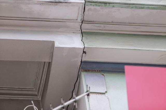 Dãy nhà chống nạng trên phố Hà Nội - Ảnh 5.