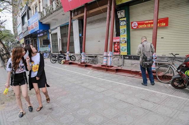 Dãy nhà chống nạng trên phố Hà Nội - Ảnh 8.