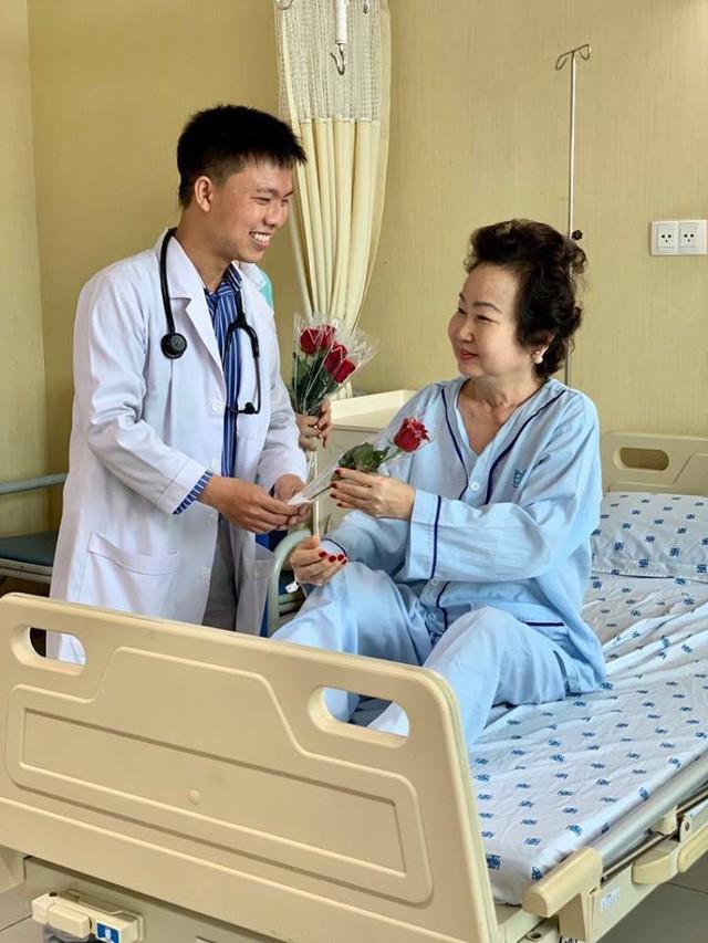 """Ngày 8/3, các y bác sĩ bất ngờ tặng hoa cho nữ bệnh nhân: Hi vọng """"một nửa thế giới"""" sẽ luôn hạnh phúc và nụ cười luôn nở trên môi - Ảnh 3."""