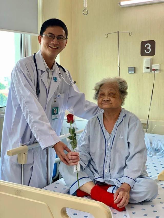 """Ngày 8/3, các y bác sĩ bất ngờ tặng hoa cho nữ bệnh nhân: Hi vọng """"một nửa thế giới"""" sẽ luôn hạnh phúc và nụ cười luôn nở trên môi - Ảnh 5."""