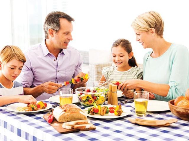 Thành công đôi khi phải trả giá bằng sự cô đơn, nhưng bỏ quên gia đình thì khó có thành quả bền vững: Long đong bên ngoài đủ rồi, đây là lý do bạn nên quay về bên bữa cơm cùng tổ ấm - Ảnh 1.