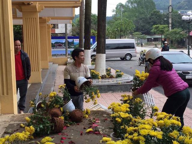 Phản cảm cảnh tranh cướp hoa trang trí ở ga Đồng Đăng - Ảnh 1.