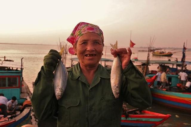 Nhọc nhằn những nữ phu đội cả tấn cá nơi cửa biển - Ảnh 11.