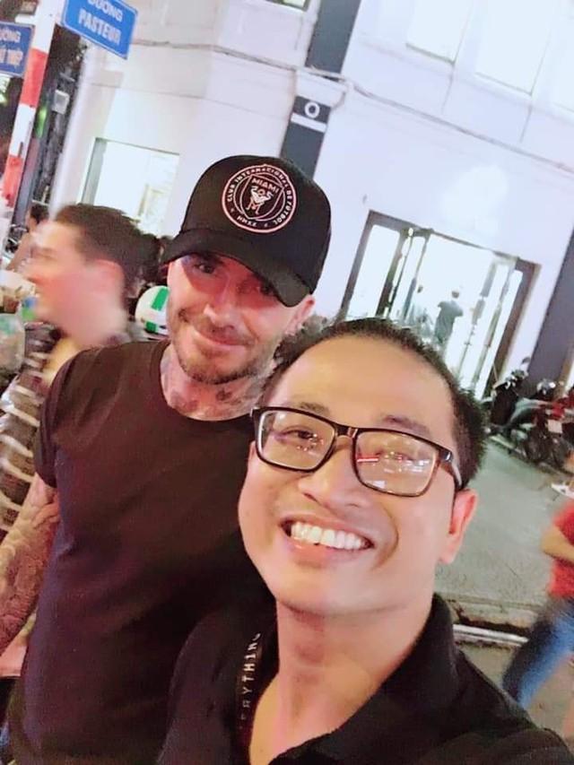 David Beckham đang có mặt tại Việt Nam, dạo phố đi bộ và thoải mái chụp ảnh cùng người hâm mộ - Ảnh 2.