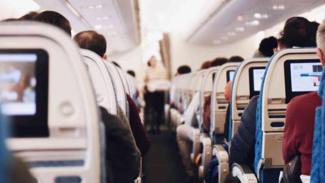 Virus lây lan như thế nào nếu bạn đi chung máy bay với một người bị ốm? - Ảnh 1.