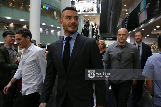 Clip độc quyền: David Beckham được bảo vệ nghiêm ngặt, diện vest lịch lãm tại họp báo ở Việt Nam - Ảnh 3.