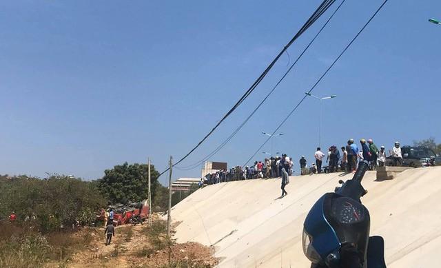 Hiện trường thảm khốc vụ xe chở du khách nước ngoài lao xuống vực ở Bình Thuận - Ảnh 2.