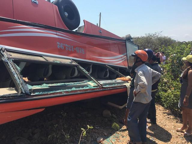 Hiện trường thảm khốc vụ xe chở du khách nước ngoài lao xuống vực ở Bình Thuận - Ảnh 13.