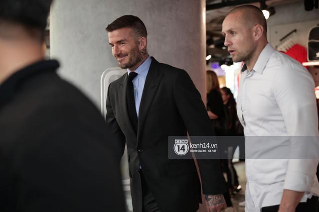Clip độc quyền: David Beckham được bảo vệ nghiêm ngặt, diện vest lịch lãm tại họp báo ở Việt Nam - Ảnh 4.