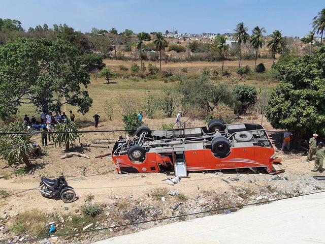 Hiện trường thảm khốc vụ xe chở du khách nước ngoài lao xuống vực ở Bình Thuận - Ảnh 4.