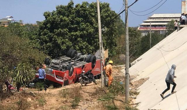 Hiện trường thảm khốc vụ xe chở du khách nước ngoài lao xuống vực ở Bình Thuận - Ảnh 5.