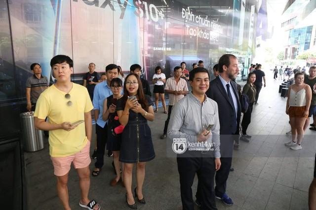 Clip độc quyền: David Beckham được bảo vệ nghiêm ngặt, diện vest lịch lãm tại họp báo ở Việt Nam - Ảnh 6.