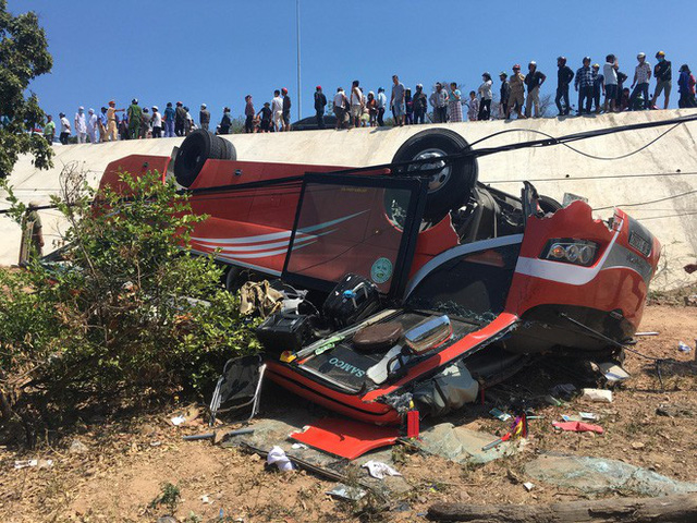 Hiện trường thảm khốc vụ xe chở du khách nước ngoài lao xuống vực ở Bình Thuận - Ảnh 6.