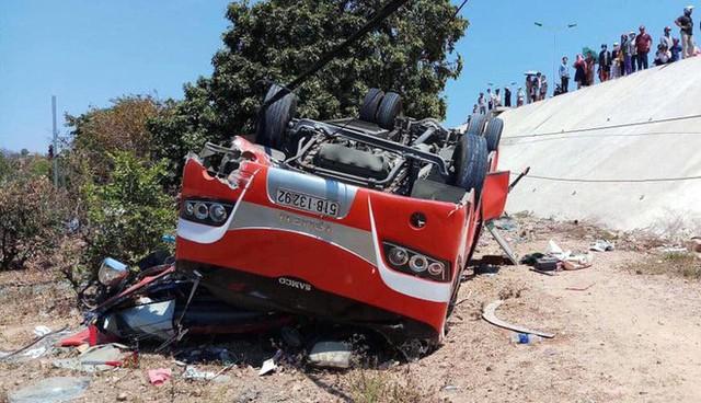 Hiện trường thảm khốc vụ xe chở du khách nước ngoài lao xuống vực ở Bình Thuận - Ảnh 8.
